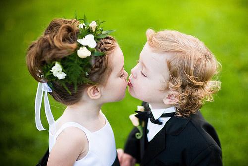 留人间多少爱,迎浮世千重变。和有情人做快乐事,别问是劫是缘。<br />